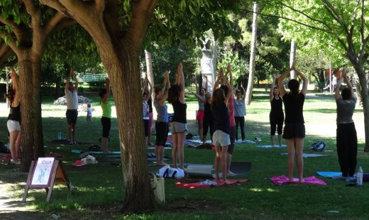 Yoga en plein air au Parc Jourdan avec Gecko Yoga